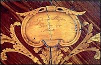 La firma del laboratorio di Giuseppe Maggiolini a Parabiago (Milano) su un cassettone intarsiato conservato nella Villa Reale di Monza.